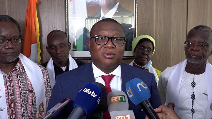 Le ministre Amadou Coulibaly échange avec les membres du Cénacle des journalistes séniors ivoirien
