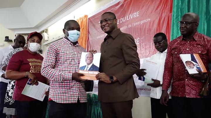 Le Ministre Sidi Touré dédicace son livre ''Alassane Ouattara aux portes de l'émergence''