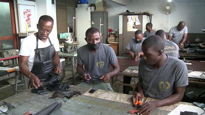 Artisanat : Le ministre Félix Anoblé visite les maroquiniers du marché de Cocody